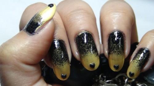 المناكير الذهبي والاسود